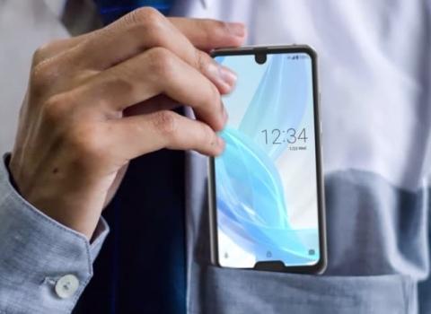 Sharp Aquos R2 Compact est le premier téléphone a double notche au monde